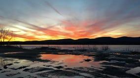 在冻Pontoosuc湖的日落Pittsfield的, MA 免版税图库摄影