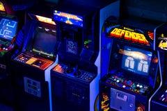 在90s时代老拱廊电子游戏的细节在赌博酒吧 免版税库存图片