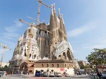 在2015年Sagrada Familia和很多人民 免版税库存照片