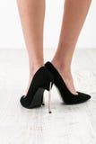 在黑scarpin鞋子的妇女脚 库存照片