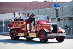 在73th每年Nisei星期盛大游行的古色古香的消防车 免版税库存图片