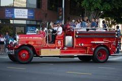 在73th每年Nisei星期盛大游行的古色古香的消防车 库存图片