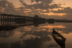 在水U-bein Ubein桥梁缅甸的小船 库存照片