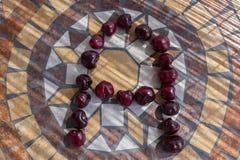 在A上写字用cherrys做形成字母表用果子 库存图片