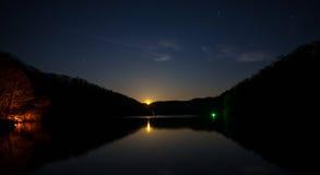 在A上升的满月下的夜渔 免版税图库摄影