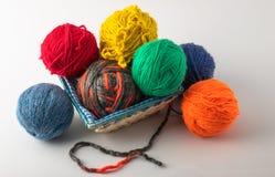 在a安置的色的羊毛编织球 免版税库存照片
