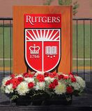 在A指挥台的罗格斯大学盾 免版税库存图片