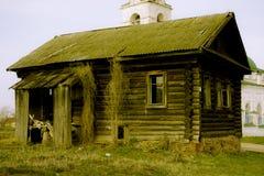 在a的俄国村庄倒空木房子 库存照片