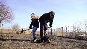 在a的儿童和祖父开掘的铁锹地球 股票视频