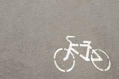 在a的白色自行车 免版税库存照片