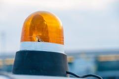 在a顶部的橙色闪动的和旋转的光 免版税库存图片