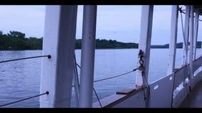 在A移动的小船里面的POV 影视素材