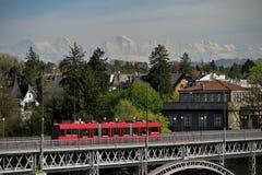 在Aare河的Kirchenfeldbrucke桥梁在伯尔尼 瑞士 免版税库存图片