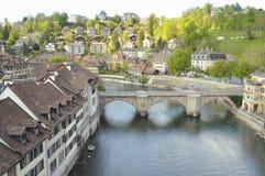 在Aare河跨接Untertorbrucke在伯尔尼,瑞士 免版税库存图片