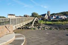 在Aberaeron, Ceredigion,威尔士,英国的步行人行桥 免版税库存图片