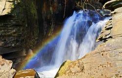 在Aberdulais锡的彩虹运作瀑布 免版税库存图片