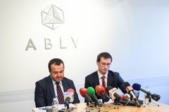 在ABLV银行的新闻招待会在里加 库存图片