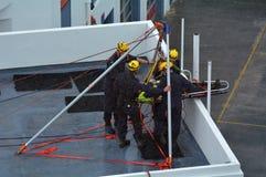 在abseiling的伤害期间的消防队员撤出锻炼 免版税图库摄影