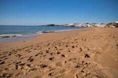 在abufeira的美妙的沙滩与碎波 免版税库存照片