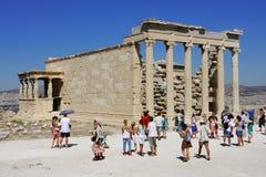 在Acropole的旅游参观废墟在希腊。 免版税库存图片