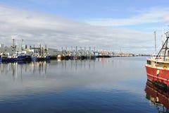 在Acushnet河靠码头的渔船 库存照片