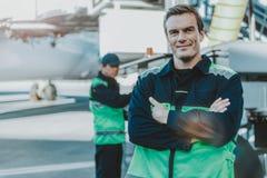 在aerodrom的微笑的英俊的工作者身分 库存图片
