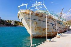 在Aghia Galini,克利特海岛港的老生锈的被放弃的船  库存图片