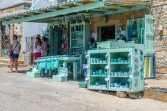 在Aghios帕帕佐普洛斯的传统希腊小礼品店 免版税图库摄影