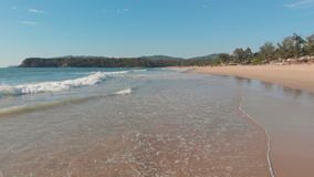 在Agonda海滩波浪的低寄生虫飞行  果阿州 ?? 影视素材