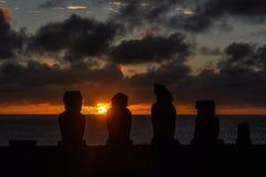 在Ahu Tahai的日落在复活节岛,智利 免版税库存图片