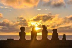 在Ahu Tahai的日落在复活节岛,智利 免版税库存照片