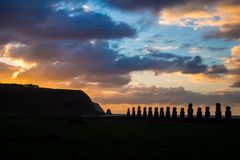 在Ahu Tongariki的日出在复活节岛 15 moais shilouette 库存图片
