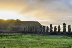在Ahu Tongariki的日出在复活节岛,智利 图库摄影
