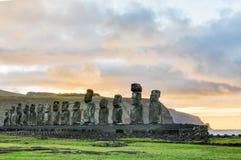 在Ahu Tongariki的日出在复活节岛,智利 库存图片