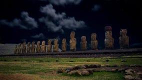 在Ahu Tongariki被月光照亮下面满天星斗的天空的Moais,复活节岛,智利 免版税库存照片