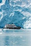 在Aialik海湾霍尔盖特冰川的巡航游览在阿拉斯加 库存图片