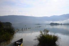 在Aiguebelette湖的独木舟在法国 免版税库存照片