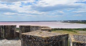 在Aigues-Mortes附近的盐湖 免版税库存图片
