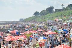 在Airshow期间的拥挤海滩在海的Clacton 免版税库存图片