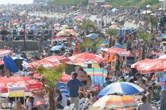 在Airshow期间的拥挤海滩在海的Clacton 库存照片