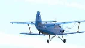 在airshow的双翼飞机安托诺夫 股票录像