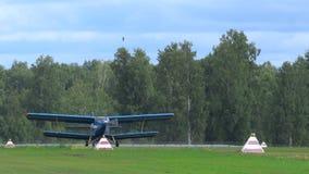 在airshow的双翼飞机安托诺夫 股票视频
