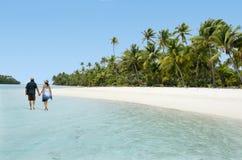 在Aitutaki盐水湖库克群岛结合在一个脚海岛上的步行 免版税库存图片
