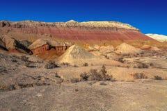 在Akau白色山五颜六色的山的11月  全国自然公园` Altyn-Emel ` 卡扎克斯坦 免版税库存照片