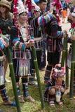 在Akha摇摆节日的小山部落妇女等待的跳舞 库存照片
