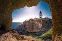 在Akrotiri的灯塔通过洞的窗口的框架,圣托里尼 免版税库存图片