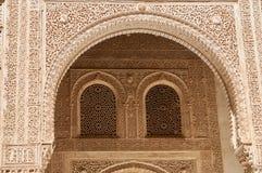 在Alahambra的被雕刻的曲拱的细节,格拉纳达,西班牙 免版税库存照片