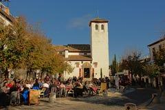 在Albayzin邻里摆正与酒吧、餐馆和一个小教会,格拉纳达 图库摄影