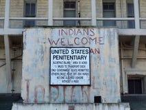在Alcatraz监狱大厦的老标志 免版税库存图片