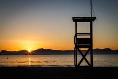 在Alcudia海滩的救生员城楼在日出 免版税图库摄影